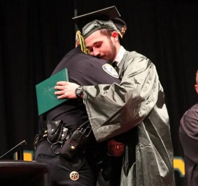 policia-acompana-a-joven-huerfano-a-su-graduacion4