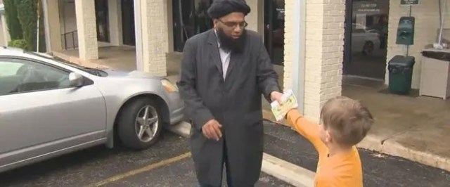 nino-dona-sus-ahorros-a-mezquita-atacada
