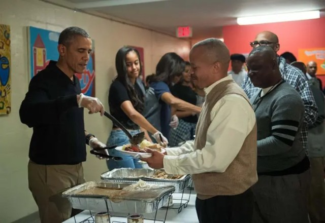 obama-sirve-comida-a-personas-sin-hogar1