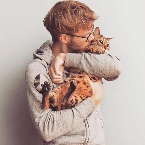 chicos bonitos con gatitos 12