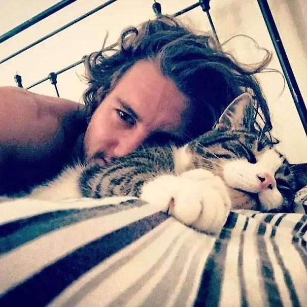 chicos bonitos con gatitos 3