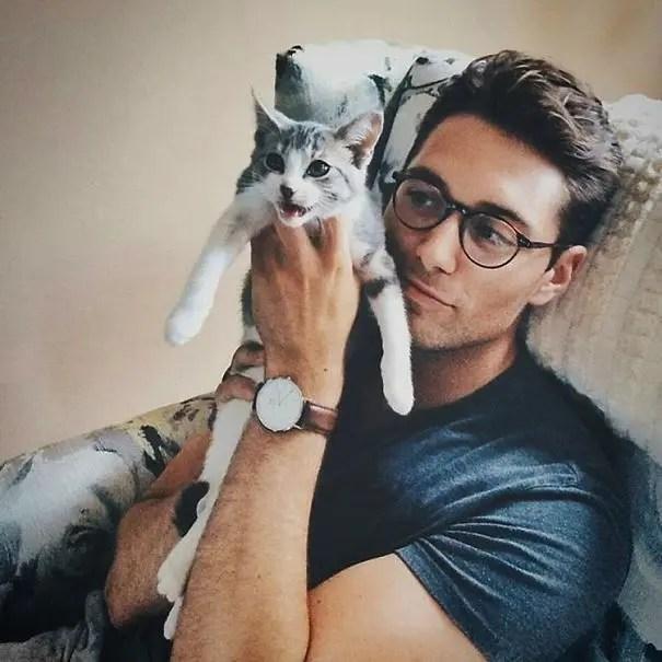 chicos bonitos con gatitos 9