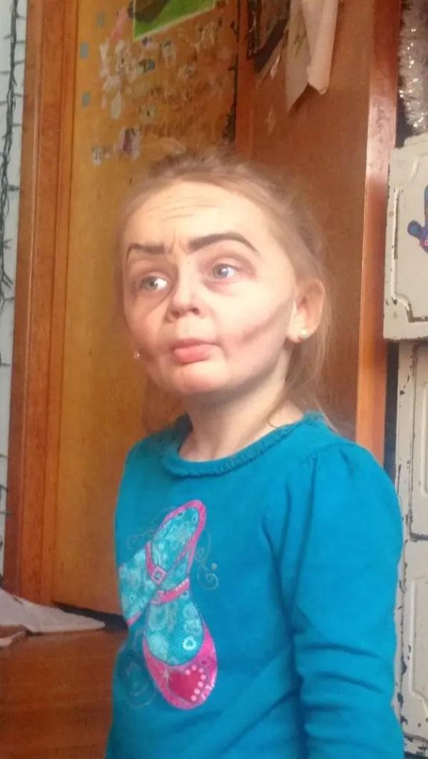 tia-maquillo-a-su-sobrina-de-tres-anos-como-una-anciana5