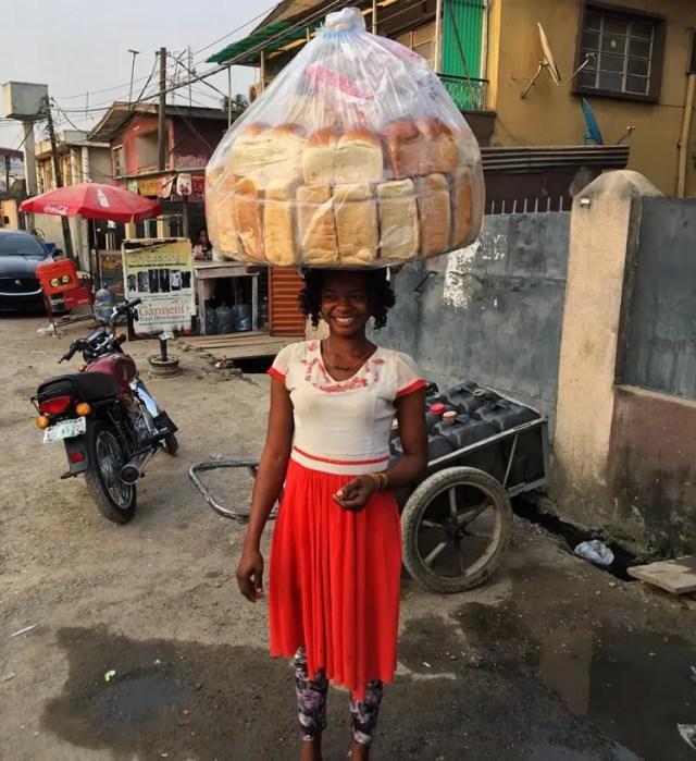 vendedora de pan photobomb 2