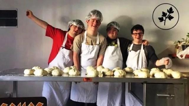 jovenes-sindrome-de-down-montan-pizzeria3