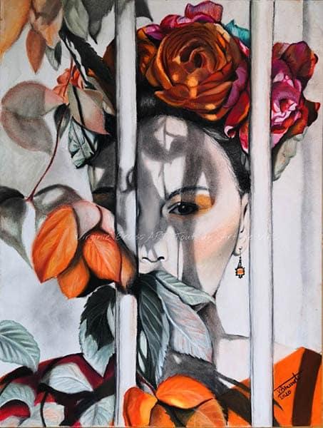 Portrait aux pastels secs d'une femme au style de Frida Kahlo, dans les tons orangés, derrière des barreaux réalisé par l'artiste peintre Virginie Brassart