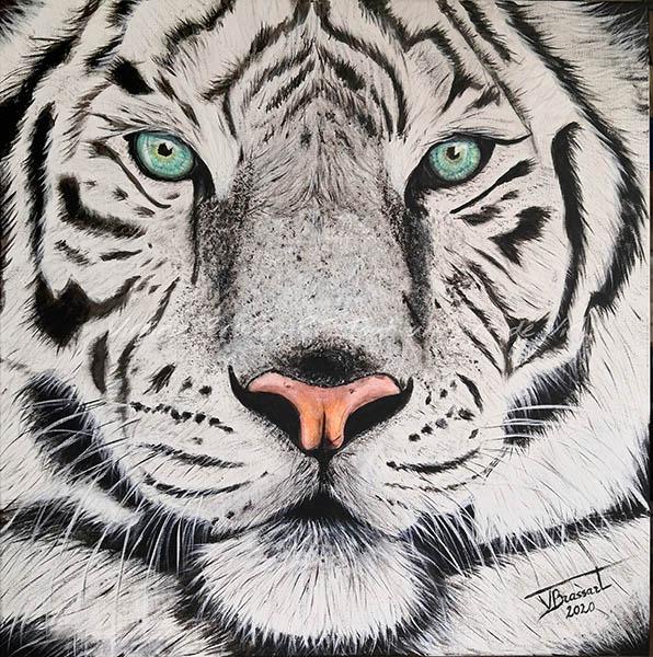 Tableau acrylique tigre blanc en gros plan aux yeux bleus/verts réalisé par l'artiste peintre et portraitiste animalière Virginie Brassart