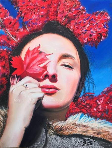 Portrait aux pastels secs d'une jeune femme tenant une feuille d'érable rouge devant son oeil sur fons d'érable rouge et ciel bleu,réalisé par l'artiste peintre Virginie Brassart