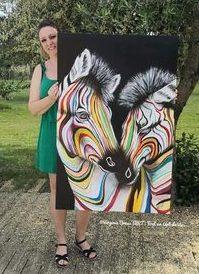 Portraitiste animalière Virginie Brassart avec un tableau acrylique de zèbres colcorés