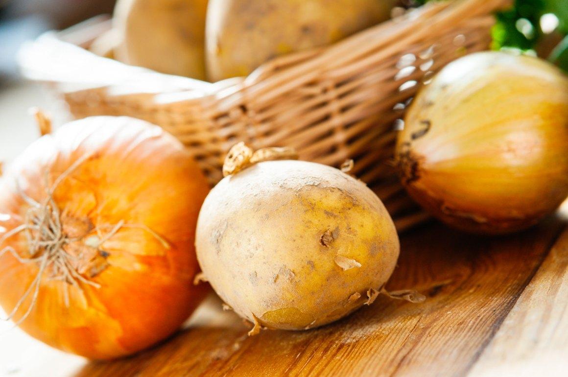 alimenti da non conservare in frigorifero - cipolla cruda patate
