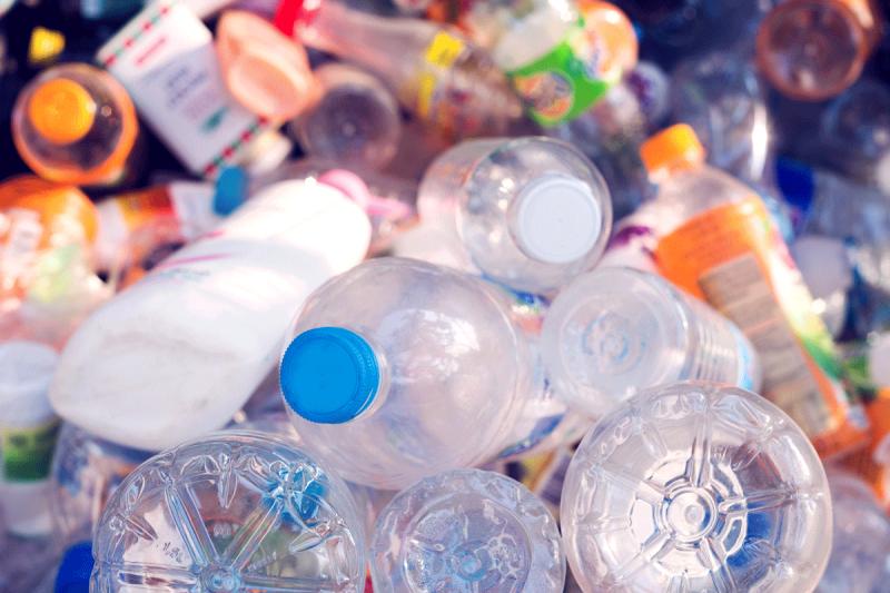 rifiuti di plastica - bottiglie e bottigliette vuote