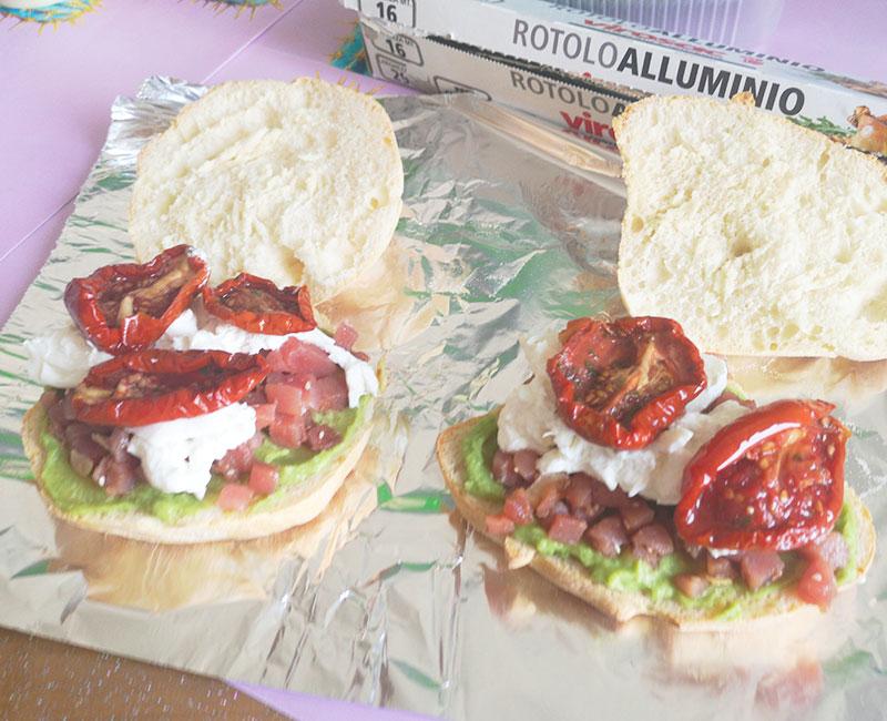 panino di mare con tartare di tonno burrata avocado pomodori secchi rucola preparazione ricetta ingredienti virosac magazine aggiunta pomodori secchi