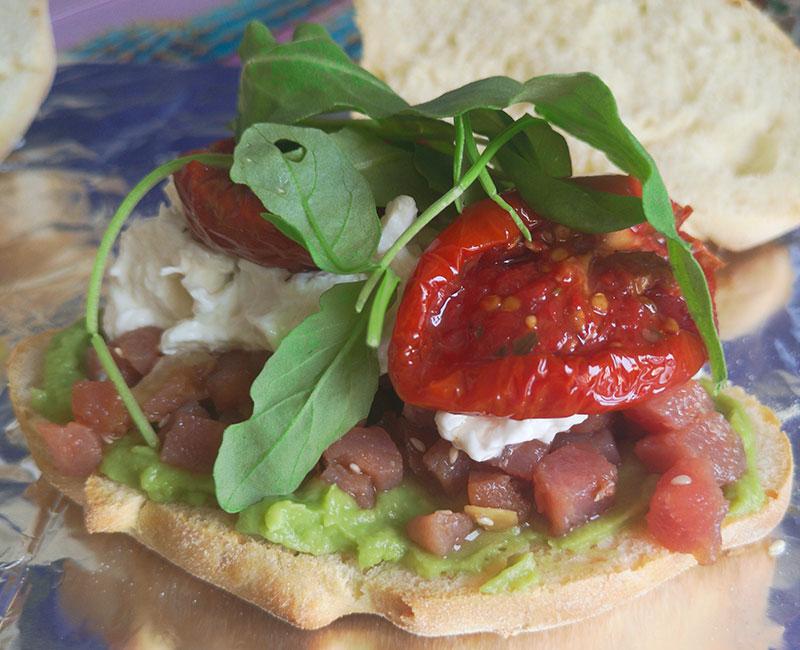 panino di mare con tartare di tonno burrata avocado pomodori secchi rucola preparazione ricetta ingredienti virosac magazine aggiunta rucola