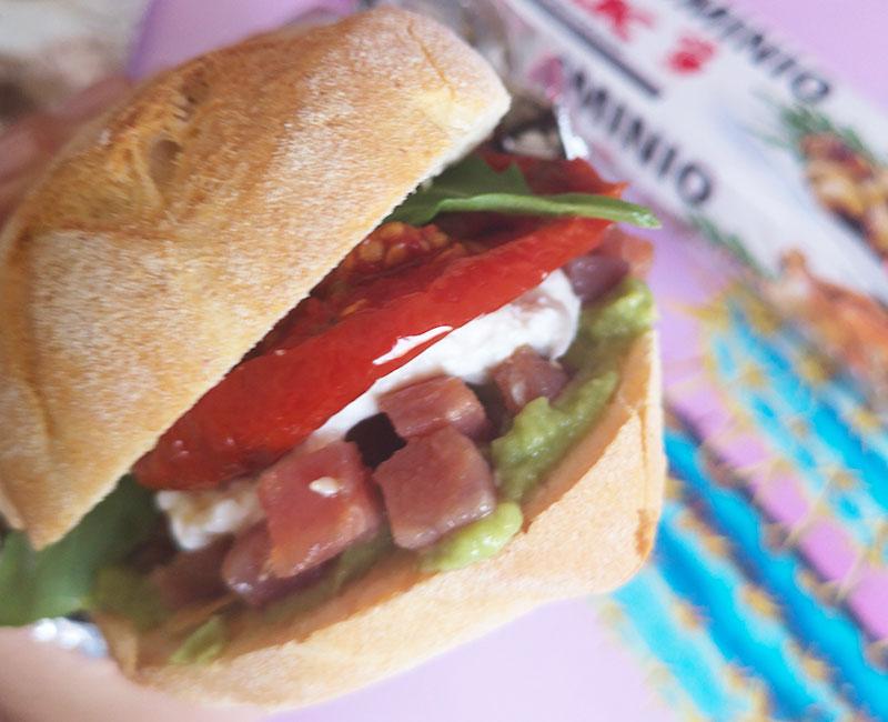 panino di mare con tartare di tonno burrata avocado pomodori secchi rucola preparazione ricetta ingredienti virosac magazine pronto da mangiare