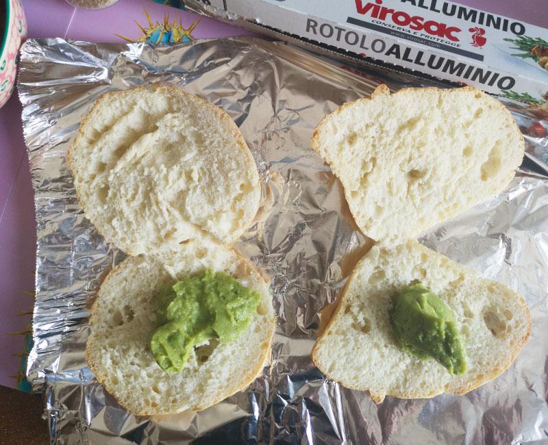 panino di mare con tartare di tonno burrata avocado pomodori secchi rucola preparazione ricetta ingredienti virosac magazine salsa su pane