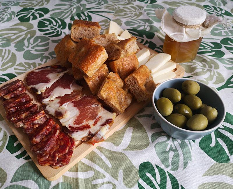 buffet autunnale di antipasti virosac magazine ricetta tagliere salumi formaggi olive marmellata