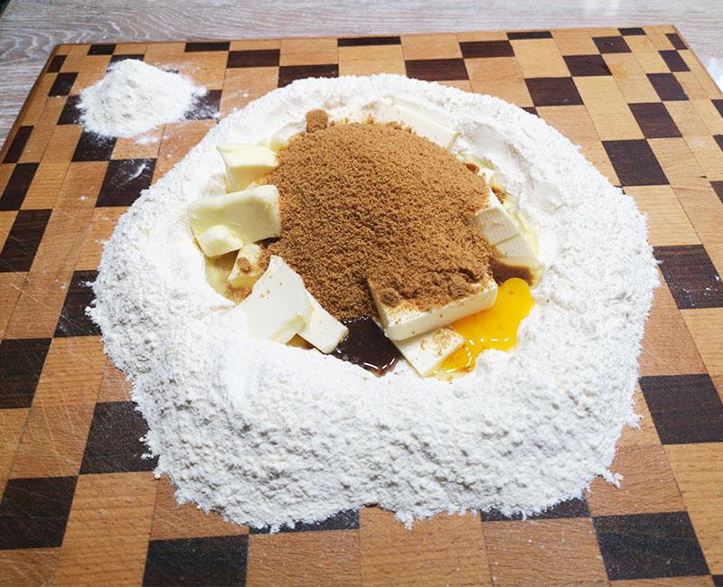 crostata con crema di mascarpone e frutta fresca di stagione uva ricetta ingredienti consigli idee virosac magazine frolla in preparazione