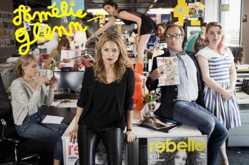 """20 ans d'écart - Photo d'Amélie Glenn et de la rédaction du magazine fictif """"Rebelle""""."""