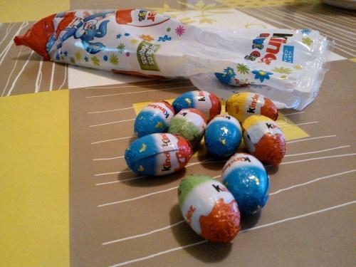 Kinder Mini Eggs répandus sur une table.