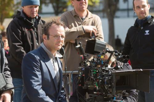 """Pierre-François Martin-Laval derrière la caméra sur le tournage du film """"les Profs""""."""