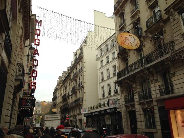 La rue de Mogador décorée pour Noël… aux couleurs de la Belle et la Bête.