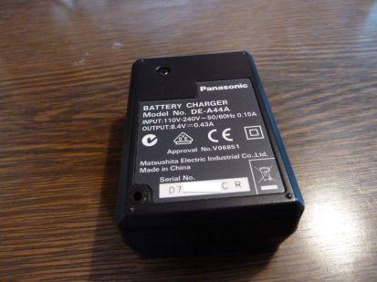 Chargeur officiel Panasonic A44. Le numéro de série est évidement différent de mon autre exemplaire de A44, ah ah !