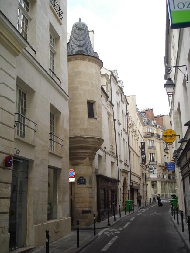Petite rue Hautefeuille à droite du HD Diner, le cinéma est au fond à gauche, dans l'angle.  Photo CC-by-sa FLLL sur Wikipedia.