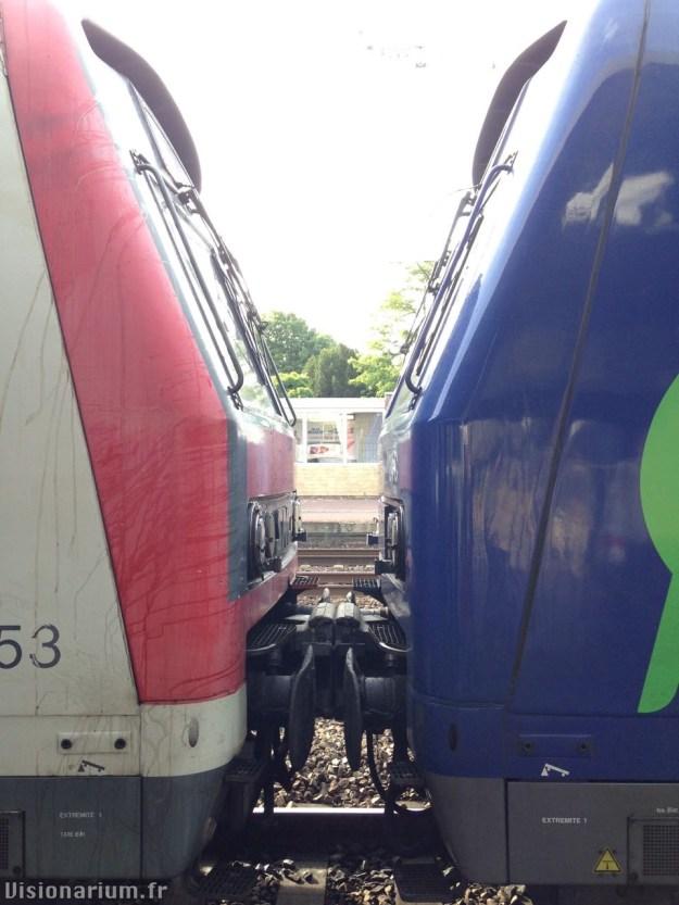 Deux trains Z8600 ou Z8800, l'un en livrée traditionnelle, l'autre en Transilien.