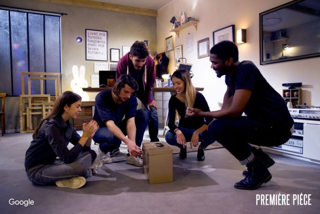 Une équipe résolvant une énigme de la Première pièce de Google France