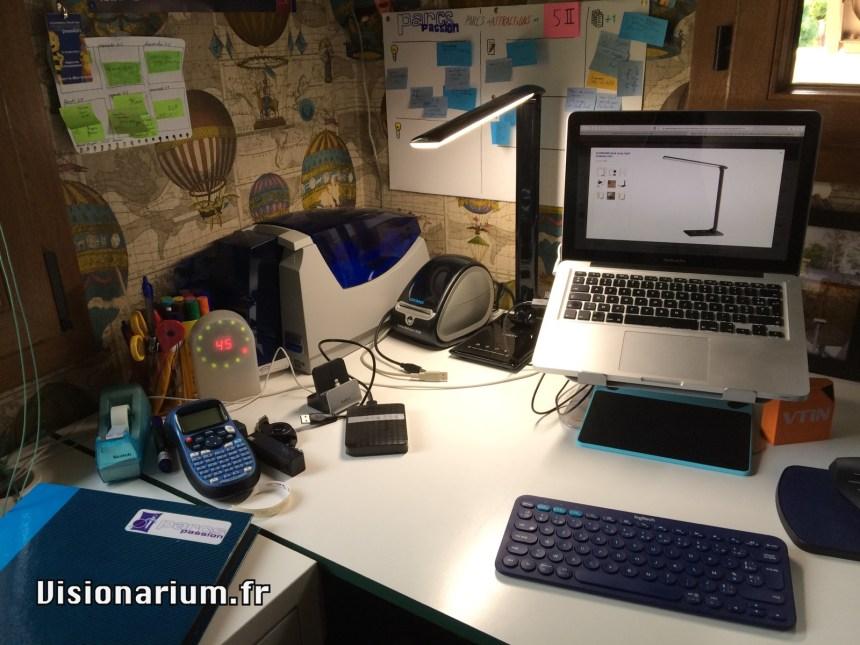 Une lampe de bureau dans son milieu naturel.