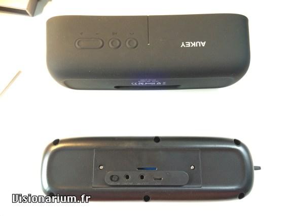 L'enceinte sans sa peau en caoutchouc. Notez la présence surprise d'une fente pour carte micro SD, mais sans lecteur de carte derrière.