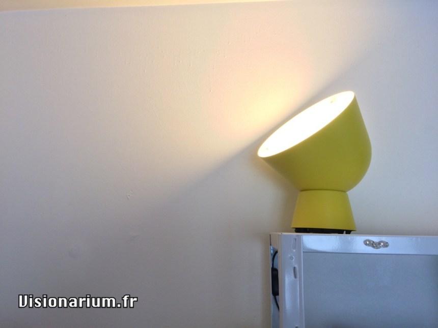 La lampe Ikea qui subira le test. Ici avec son ampoule Ikea traditionnelle.