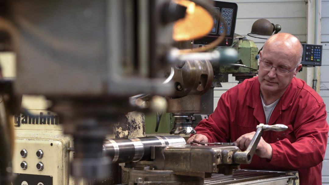 Vision d'un homme qui utilise une machine industrielle