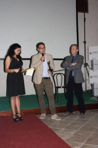Ciro D'Emilio premio CortoFiction tra presentatrice Grazia Caruso e Giorgio Mennoia presidente giuria (Small)