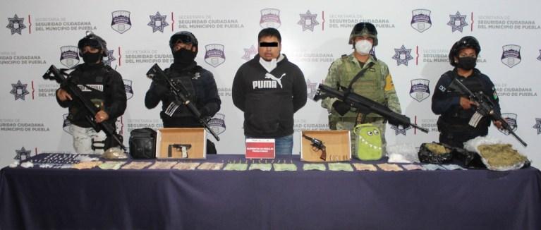DETUVIERON SEDENA, GUARDIA NACIONAL Y SSC DE PUEBLA A «EL CHECO», PROBABLE NARCOMENUDISTA QUE OPERABA EN LA ZONA DEL MERCADO UNIÓN