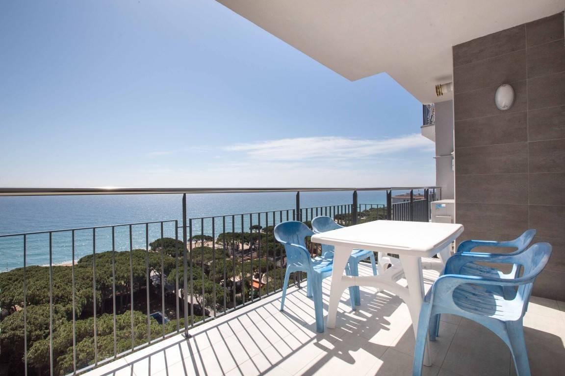 Lo único malo que todavía no estaba abierto el bar de la piscina. Apartamentos Condal en Blanes - Visita Costa Brava