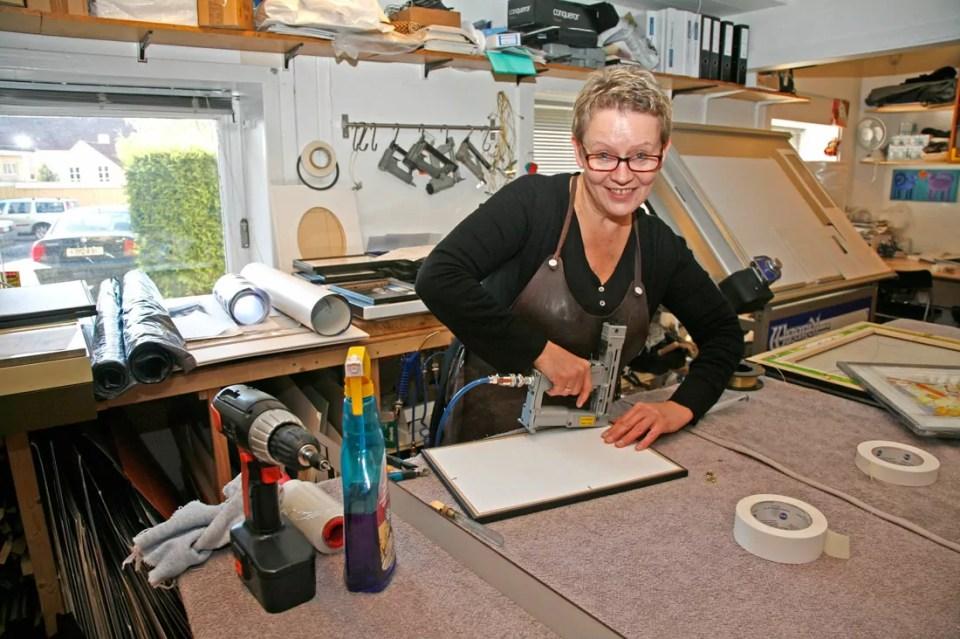 Ann Irene Hoel i arbeid med et bilde.