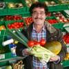 Daglig leder Ismet Nurlu henter friske grønnsaker hver dag på Økern i Oslo og kan til enhver tid by på et godt vareutvalg.
