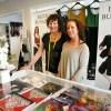 Kirsten Fergestad og Jannike Kaarby ønsker nye kunder velkommen til Bunadrosens lyse og vennlige lokaler.
