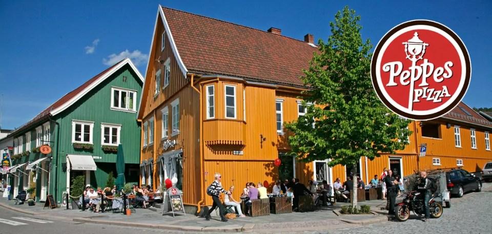 På oversiden av torget ligger Bakrommet Pub, Guri Malla og Peppes Pizza.