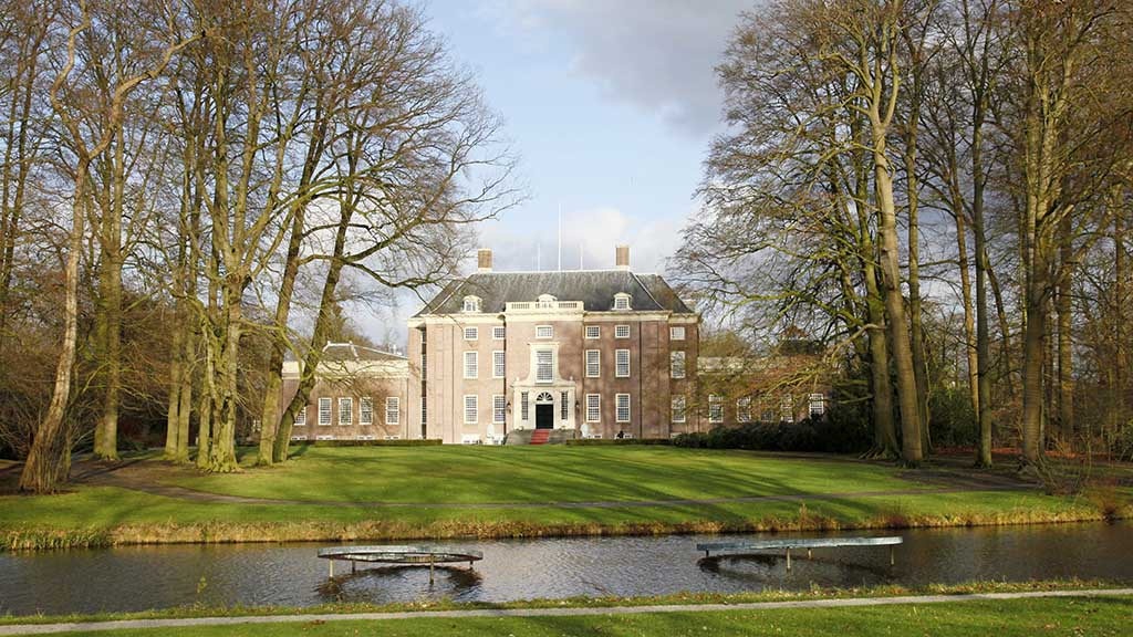 Slot zeist and park in winter light of holland