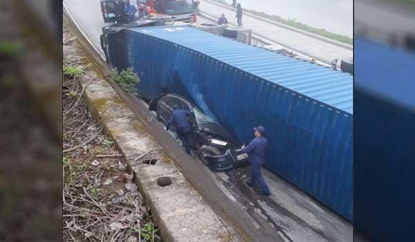 Caminhão contêiner tomba em cima de carro e mata uma pessoa em Brusque