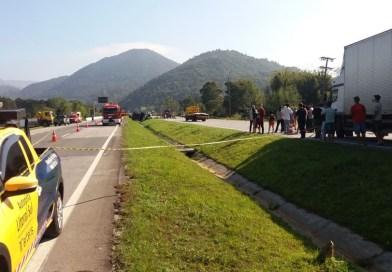 Caminhão de gasolina tomba na BR-101 e deixa trânsito bloqueado