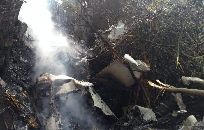 Fotos e Vídeo: Avião de pequeno porte cai e pega fogo no Oeste