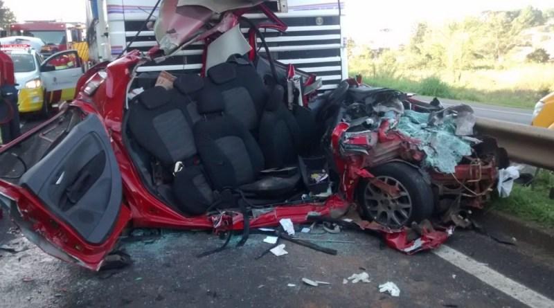 Milagre: Motorista sobrevive após ter carro completamente destruído em acidente