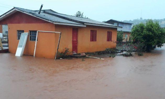 Chuva forte alaga ruas e casas no Oeste catarinense