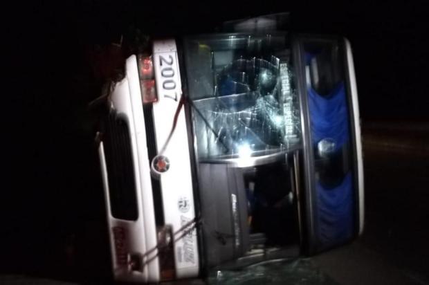 Ônibus com estudantes tomba na BR 101 em Joinville