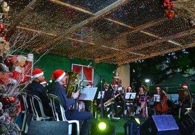 Chegada do Papai Noel e apresentações natalinas marcam o início do Natal em Camboriú