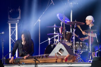 Kim Bo-mi et Choi Jae-hyuk avec Jambinai au Hellfest le 17 juin 2016