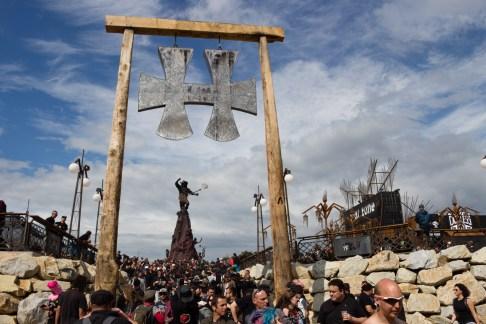 L'arrière de la Warzone : des stands bouffe et la statue hommage à Lemmy